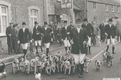 003994-2 Ilminster Beagles outside the Royal Oak, Barrington 1973