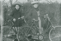 002037 Young women from Broadway or Horton with bicycles 1907