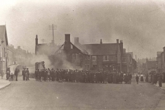 000044 Ruins of Samways, Triangle, Ilminster showing a large crowd gathered and facing the photographer 1914
