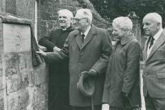 000302 Unveiling of stone plaque at old grammar school by George Maher and R Hatfield 1980