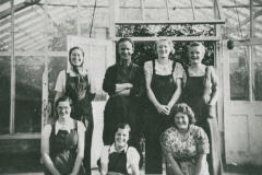 002725 Foreman Les Greer and workers at Ilton Tomato Works c1940