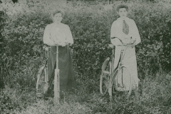 000855 Emily Slade of Capland, Hatch Beauchamp and Julie Barrington of Northalls, Ile Abbotts, with bicycles c1910