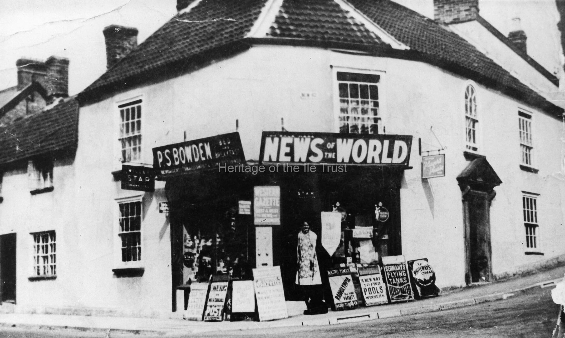 001006 P S Bowden's shop on corner of New Road c1937
