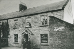 002141 Royal Oak, Cross, Ditton Street showing wall surronding pub garden, now car park c1905