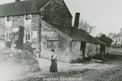 000941 Cottage, woman and children c1900