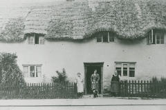 000950 Unknown family outside a cottage c1930