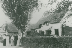000726 Group outside a house c1900